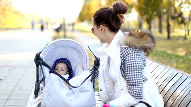 Mutter und ihr baby im park