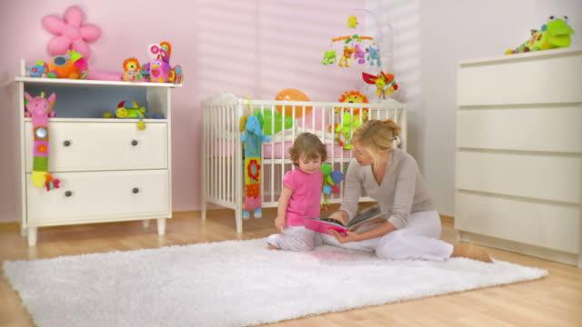 DOLLY HD: Madre y el bebé mirando un libro