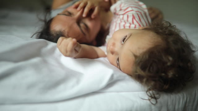 vídeos de stock, filmes e b-roll de mãe e seu filhinho deitados na cama e curtindo a manhã juntos - cabelo encaracolado