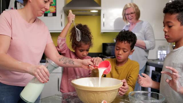 vídeos de stock, filmes e b-roll de mãe e sua equipe de pequenos padeiros - miscigenado