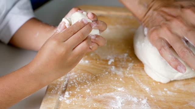vídeos y material grabado en eventos de stock de 4k madre y niño amasando la masa juntos. - cooking pan