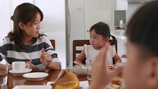 vidéos et rushes de mère et enfants manger le petit déjeuner ensemble - famille avec quatre enfants