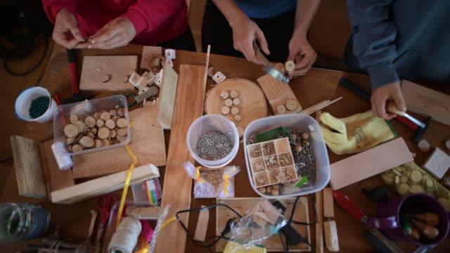 mutter und kinder genießen handwerk und zimmerei - heimwerken stock-videos und b-roll-filmmaterial