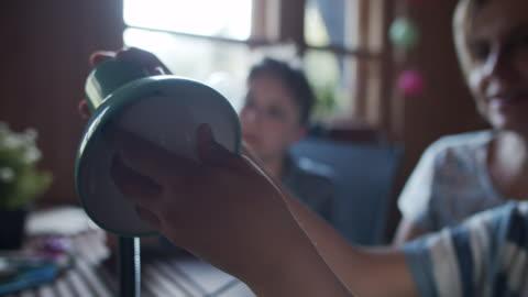 vídeos y material grabado en eventos de stock de madre e hijos ahorrando energía cambiando las bombillas - luz led