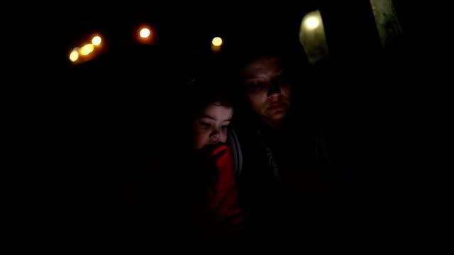 vidéos et rushes de mère et fille dans la voiture pendant la nuit - siège arrière de passager