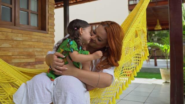 vídeos de stock e filmes b-roll de mother and little daughter in sleeping hammock - sentar se