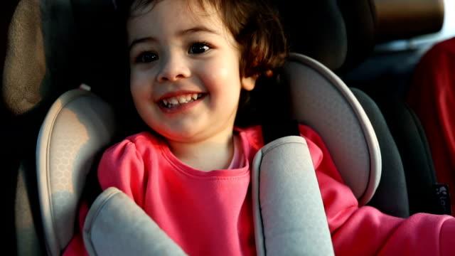 stockvideo's en b-roll-footage met moeder en dochtertje op de achterbank in auto - autoreis