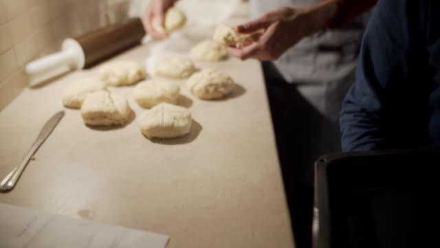 vídeos y material grabado en eventos de stock de madre e hijo horneando bollos de pan - cooking pan