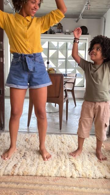 vídeos de stock, filmes e b-roll de mãe e filho dançando em casa para as redes sociais - ponto de vista da câmera - sala de estar