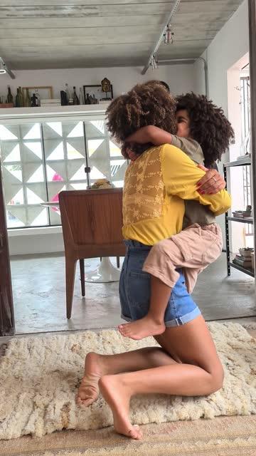 vidéos et rushes de mère et fils dansant à la maison pour les médias sociaux - point de vue de caméra - filmer