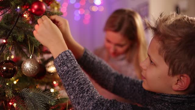vídeos y material grabado en eventos de stock de madre e hijo decorando el árbol de navidad - árbol de navidad