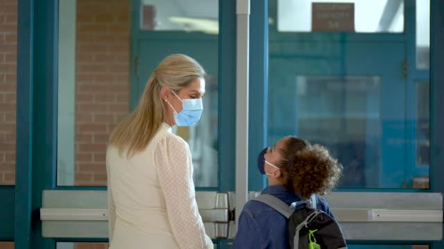 stockvideo's en b-roll-footage met moeder en zoon, basisschool tijdens covid-19 - 35 39 years