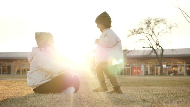 vídeos de stock, filmes e b-roll de mãe e filho se abraçam no parque. - família de duas gerações
