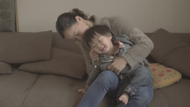 mother and son enjoying in the room - 親点の映像素材/bロール