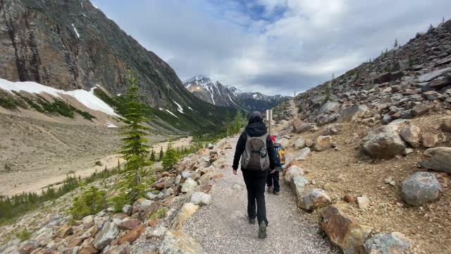 カナダ アルバータ州エディス・カヴェル山での母と息子のハイキング - ジャスパー国立公園点の映像素材/bロール