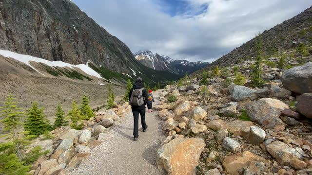 カナダ アルバータ州 ジャスパー マウント エディス カヴェルでの母と息子のハイキング - ジャスパー国立公園点の映像素材/bロール