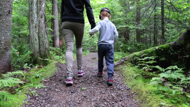 vidéos et rushes de randonnée mère et fils dans la forêt en été - famille monoparentale