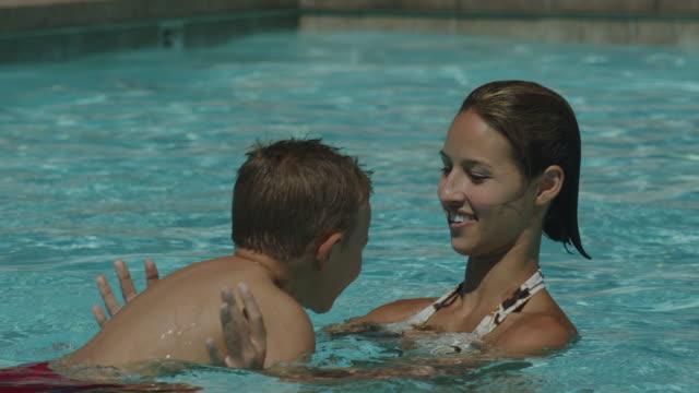 vídeos de stock, filmes e b-roll de mother and son in a swimming pool - prendendo a respiração