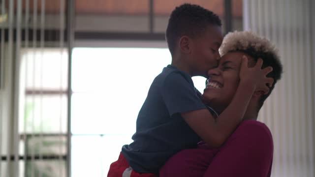 vídeos y material grabado en eventos de stock de madre e hijo en un momento de amor en casa - 4 5 años