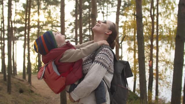 vídeos y material grabado en eventos de stock de madre e hijo en el senderismo - pinar