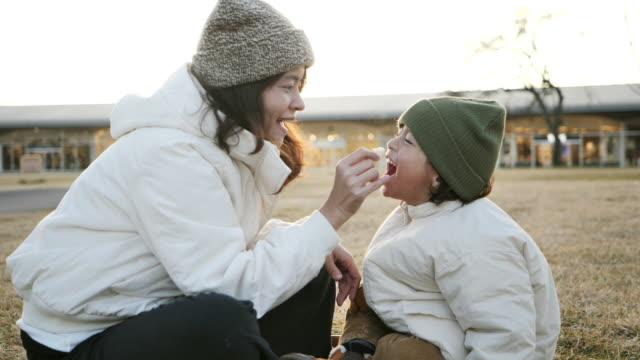 vídeos y material grabado en eventos de stock de madre e hijo jugando en el parque. - japonés oriental