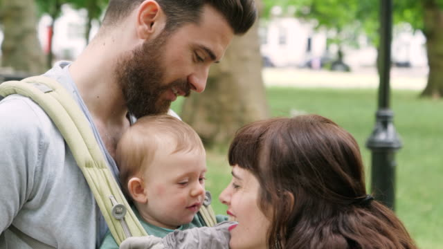 stockvideo's en b-roll-footage met mother and son rubbing noses together playfully while father smiles. - eskimokus geven