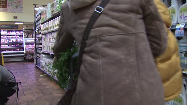 vidéos et rushes de mother and son shop for cleaning products in whole foods in virginia - lessive produit d'entretien