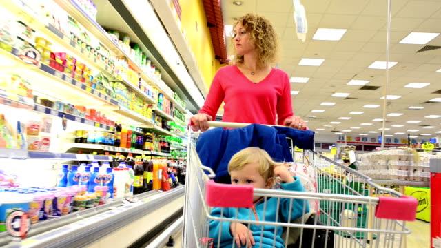 Madre e hijo de compras en el supermercado