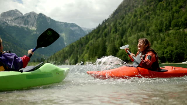 hd: mutter und sohn planschen bei paddel - kanu stock-videos und b-roll-filmmaterial