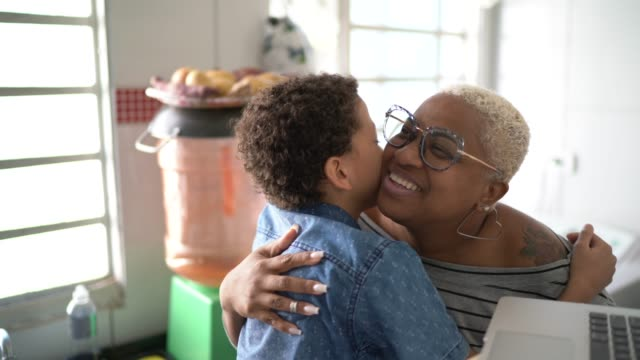 vídeos de stock, filmes e b-roll de mãe e filho estudando com laptop em casa - cozinha doméstica