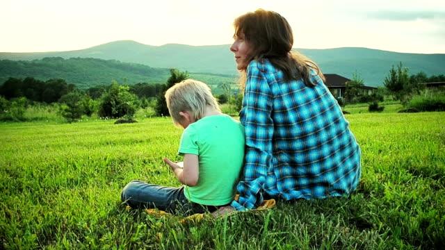 stockvideo's en b-roll-footage met moeder en zoon met touchpad - touchpad