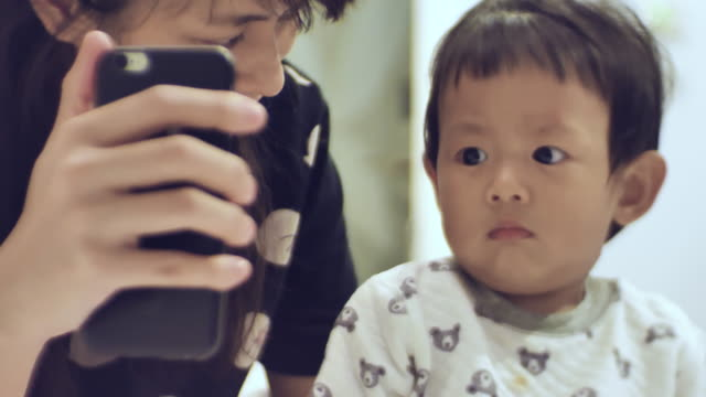 母と息子のビデオを携帯電話でチャット