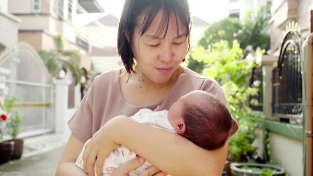 母と息子 - 大家族点の映像素材/bロール