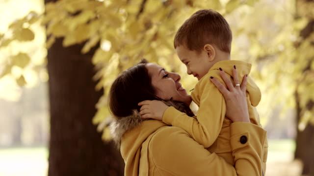 vidéos et rushes de mère et fils - famille monoparentale