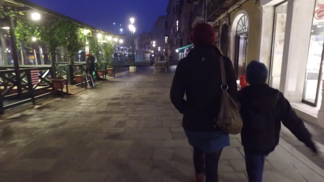 mother and son walking in venice - vita cittadina video stock e b–roll