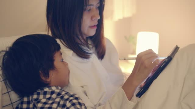 母と息子は家で働いています。 - electric lamp点の映像素材/bロール