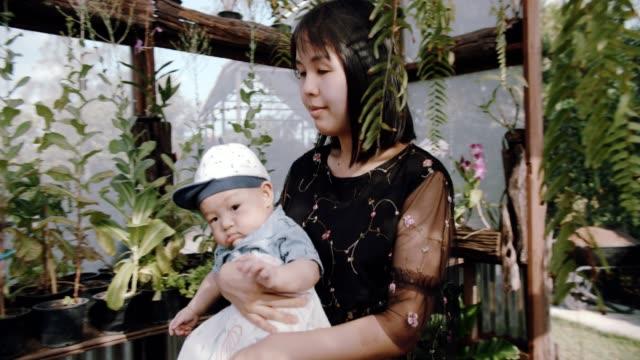 vídeos y material grabado en eventos de stock de madre e hijo trabajando en huerto - son
