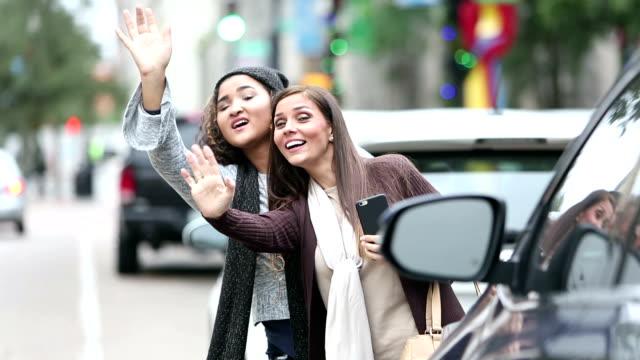 mutter und teenager-tochter in der stadt hailing ein taxi - 16 17 jahre stock-videos und b-roll-filmmaterial