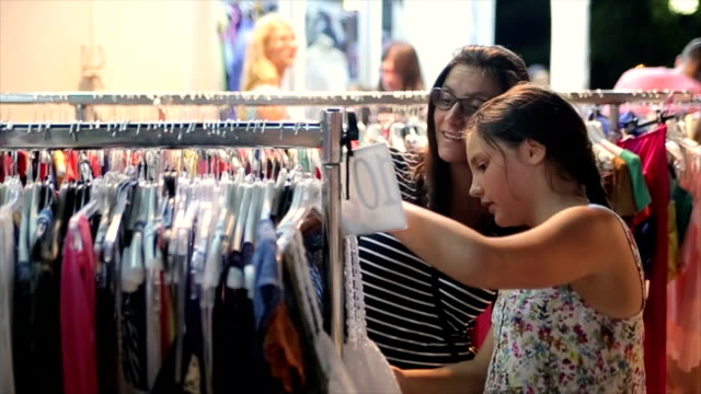 mutter und tochter im teenageralter auf shopping in den sommerferien - casual clothing stock-videos und b-roll-filmmaterial