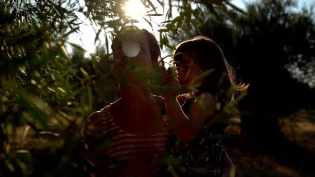 オリーブ畑の母と小さな女の子 - オリーブ点の映像素材/bロール