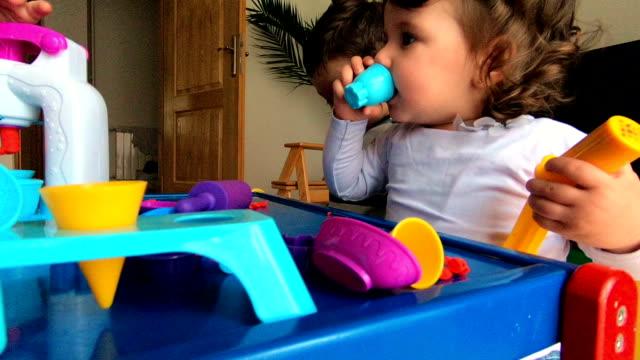mutter und drei kinder spielen mit plastilin - weitwinkel stock-videos und b-roll-filmmaterial