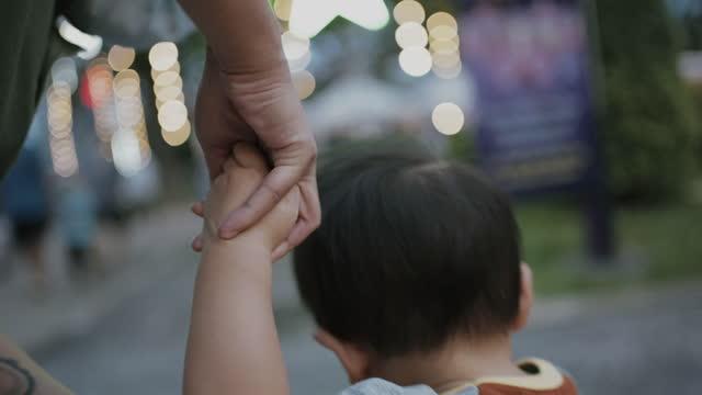 vidéos et rushes de mère et enfant en bas âge garçon retenant des mains - fratrie