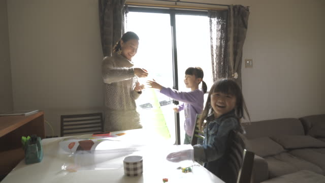 mother and two daughters have a good time in the room - 団らん点の映像素材/bロール