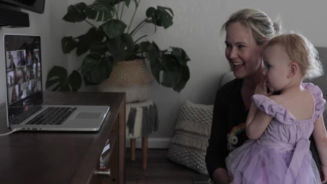vídeos y material grabado en eventos de stock de madre y su hija citan fiesta de cumpleaños virtual - evento virtual
