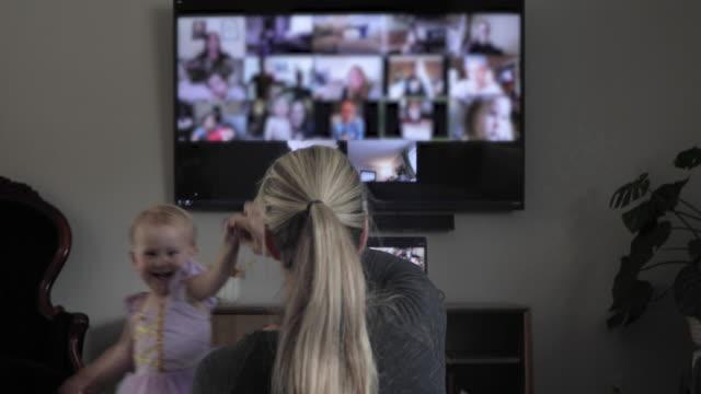 vidéos et rushes de la mère et la jeune fille célèbrent la fête virtuelle d'anniversaire - devant