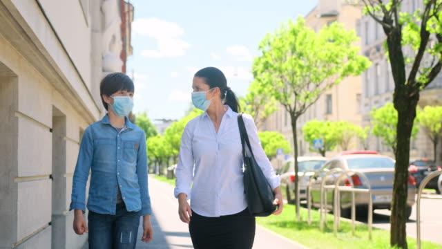 mor och ung son i skyddande masker walking utomhus - 10 11 år bildbanksvideor och videomaterial från bakom kulisserna