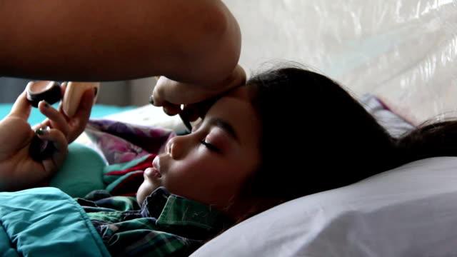 vídeos y material grabado en eventos de stock de madre aplicar delineador de ojos a hija preparar algún evento - doughter