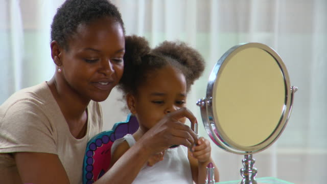 vidéos et rushes de cu, mother applying make-up, daughter (2-3) playing with lipstick, richmond, virginia, usa - maquillage