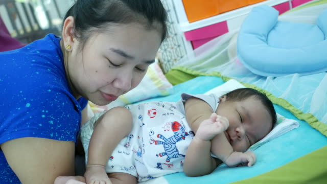 mutter zu hause mit schlafenden neugeborenen - brustwarze stock-videos und b-roll-filmmaterial