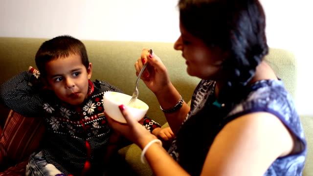 vidéos et rushes de mère & bébé profiter de dîner - tante